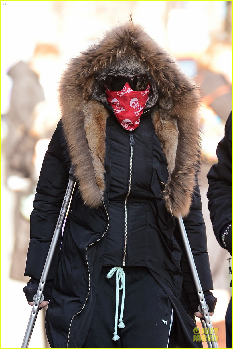 madonna steps out in crutches after grammy performing rumors 04