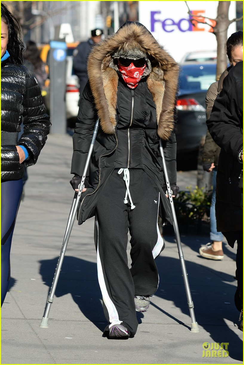 madonna steps out in crutches after grammy performing rumors 05