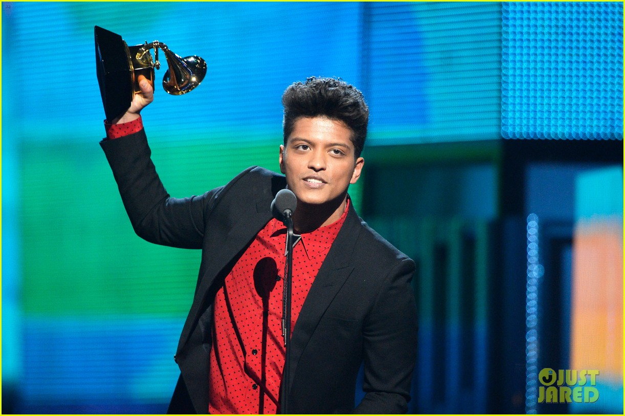 bruno mars thanks girlfriend jessica caban at grammys 2014 053041437