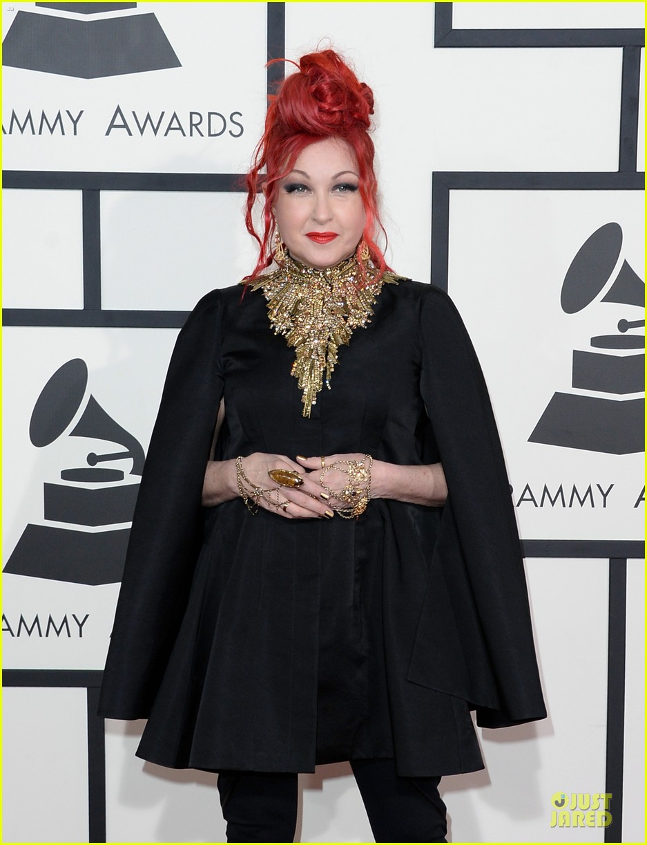 martina mcbride cyndi lauper grammys 2014 red carpet 04