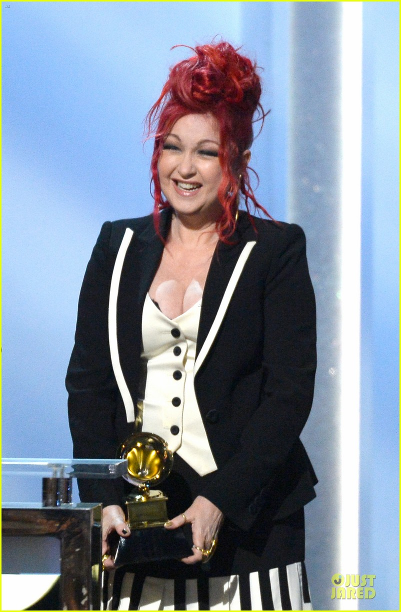 martina mcbride cyndi lauper grammys 2014 red carpet 143041546