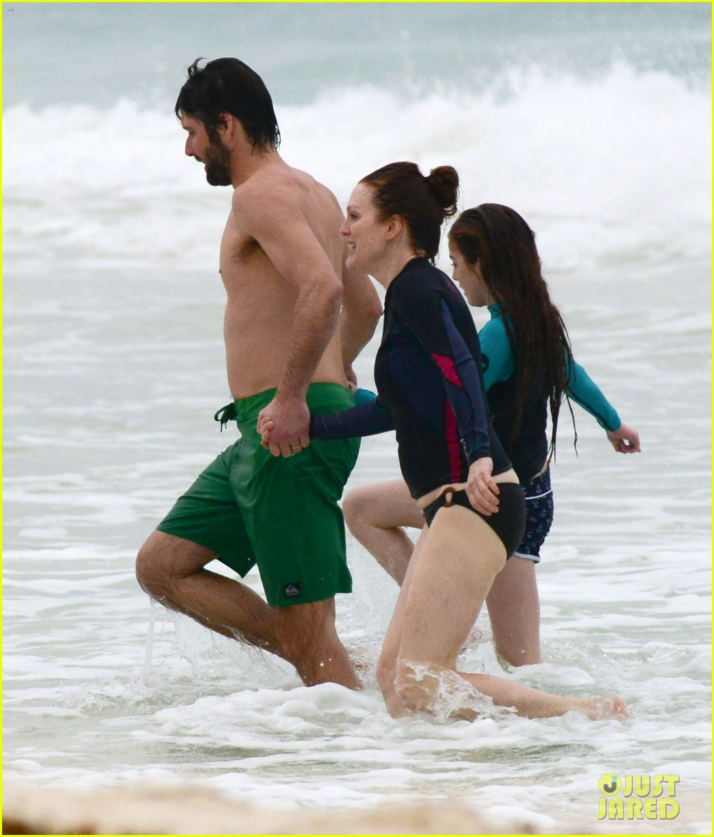 julianne moore family beach day in mexico 07