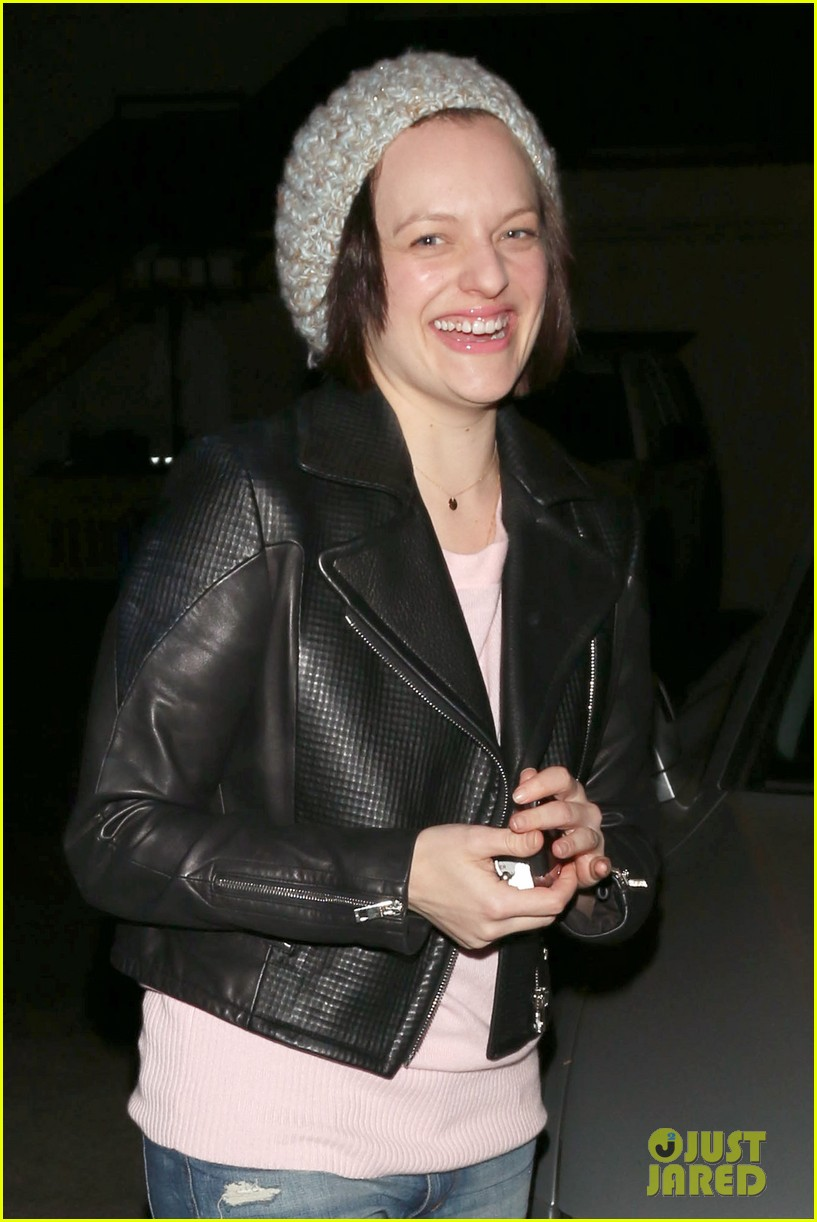 elisabeth moss didnt want to be that person on stage at the golden globes 043043530