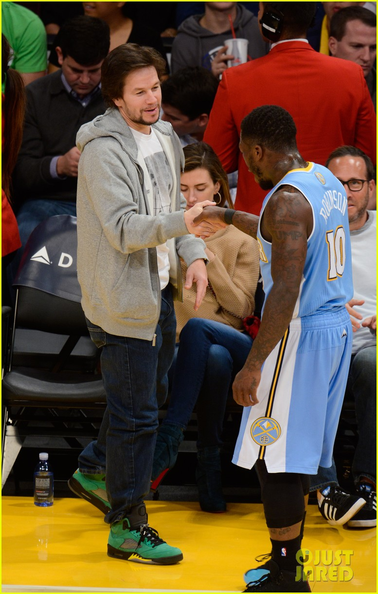 eddie murphy paige butcher lakers game kiss 023023578