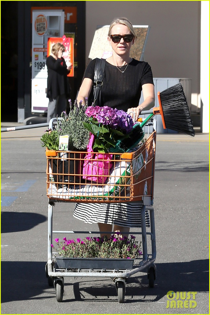 naomi watts landscaping lady in culver city 01
