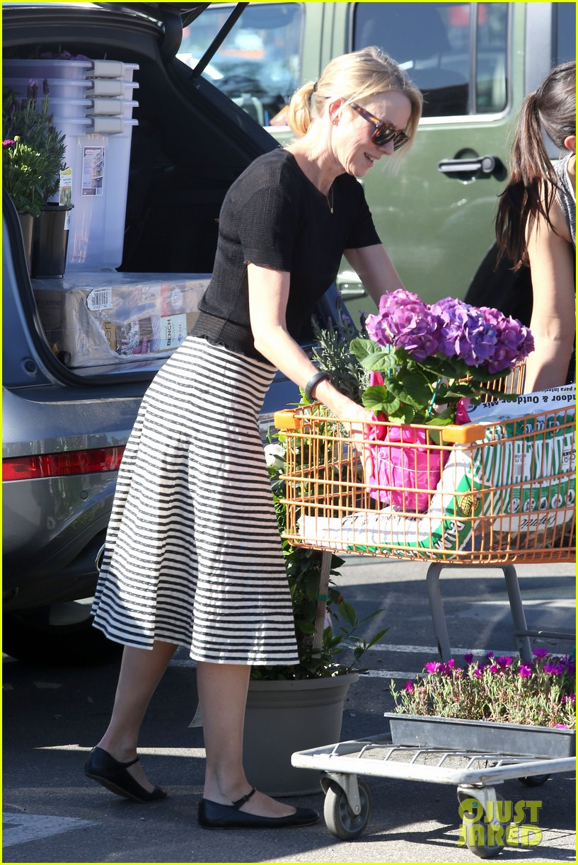 naomi watts landscaping lady in culver city 173035625