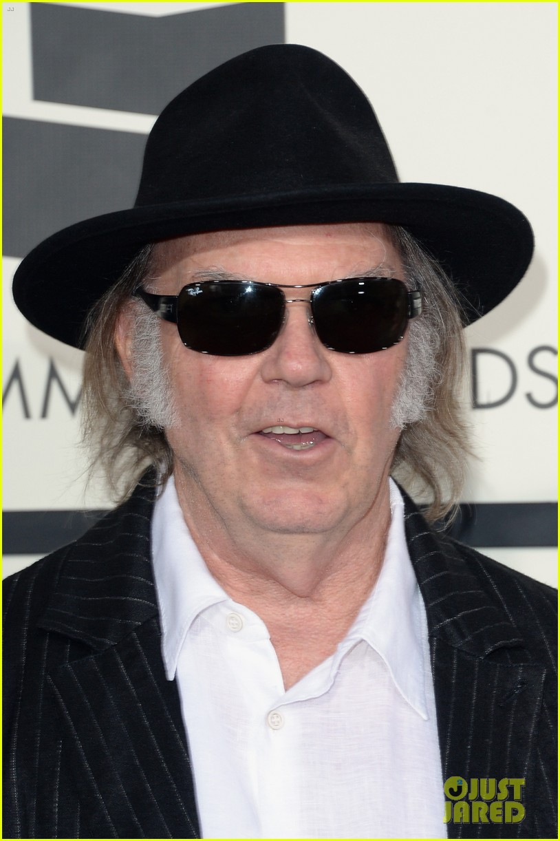 neil young willie nelson grammys 2014 red carpet 01