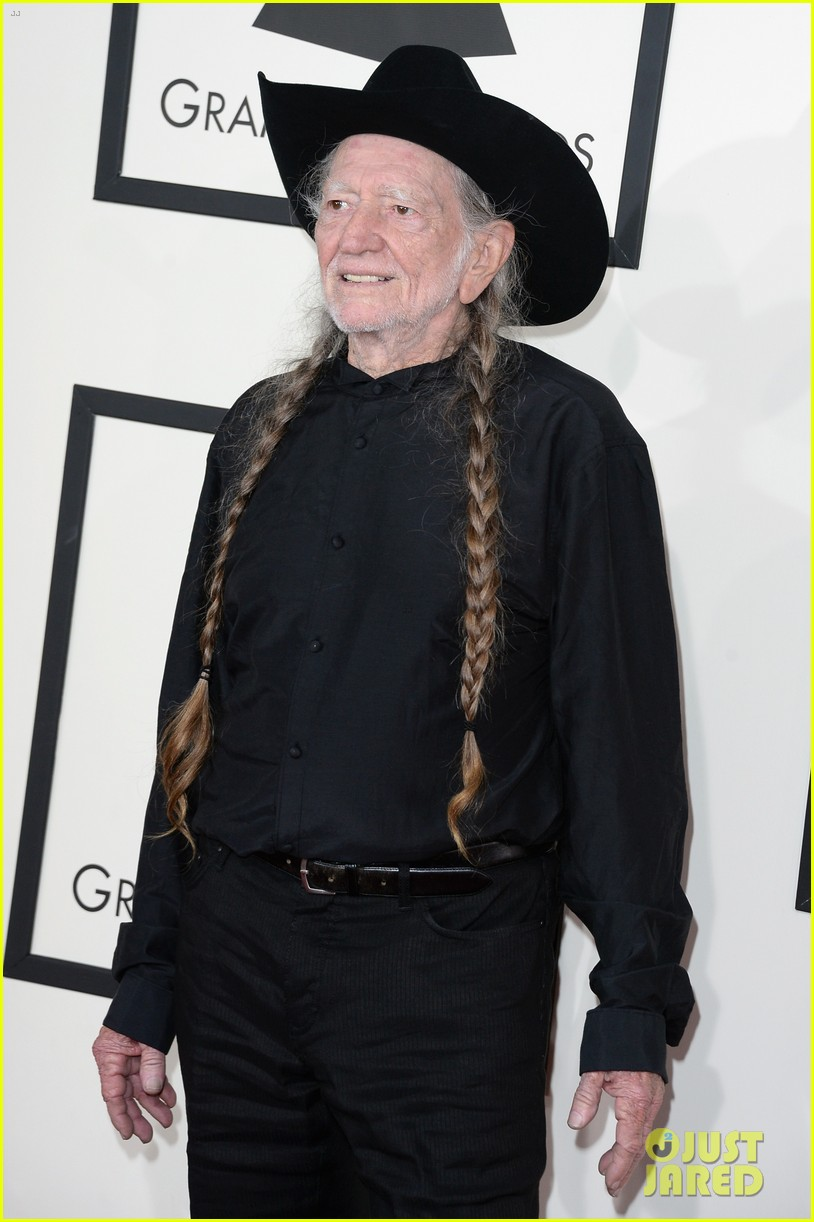 neil young willie nelson grammys 2014 red carpet 03