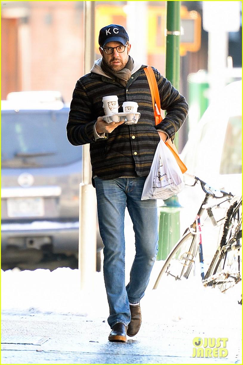 olivia wilde jason sudeikis snowy nyc coffee couple 08