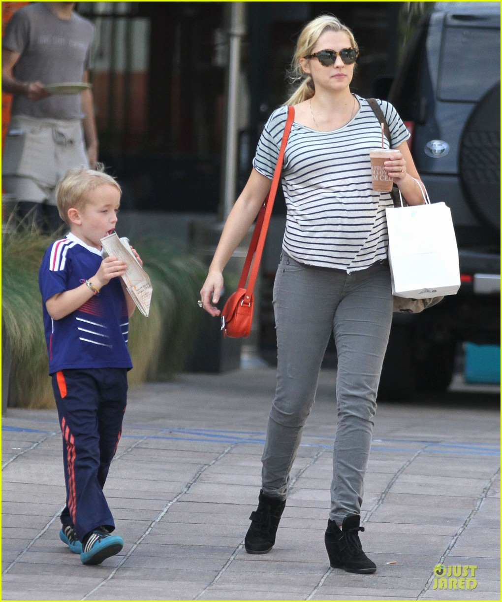 teresa palmer baby bumpin stripes for cafe gratitude lunch 063040121