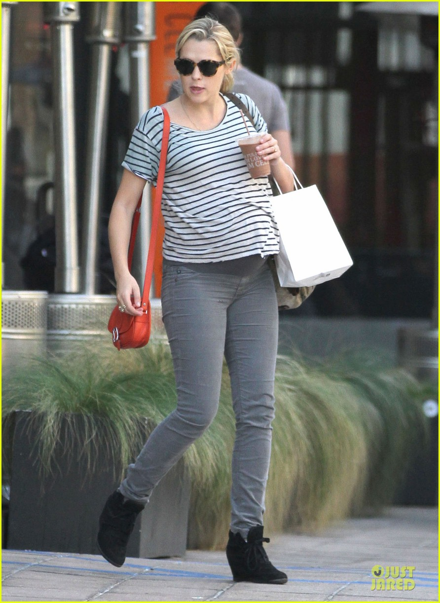 teresa palmer baby bumpin stripes for cafe gratitude lunch 08