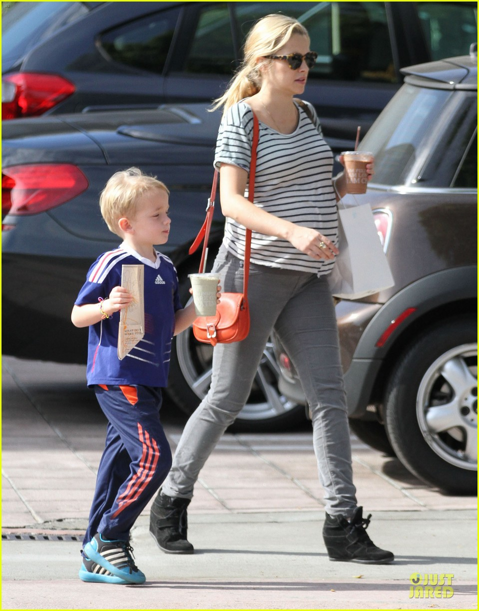 teresa palmer baby bumpin stripes for cafe gratitude lunch 19
