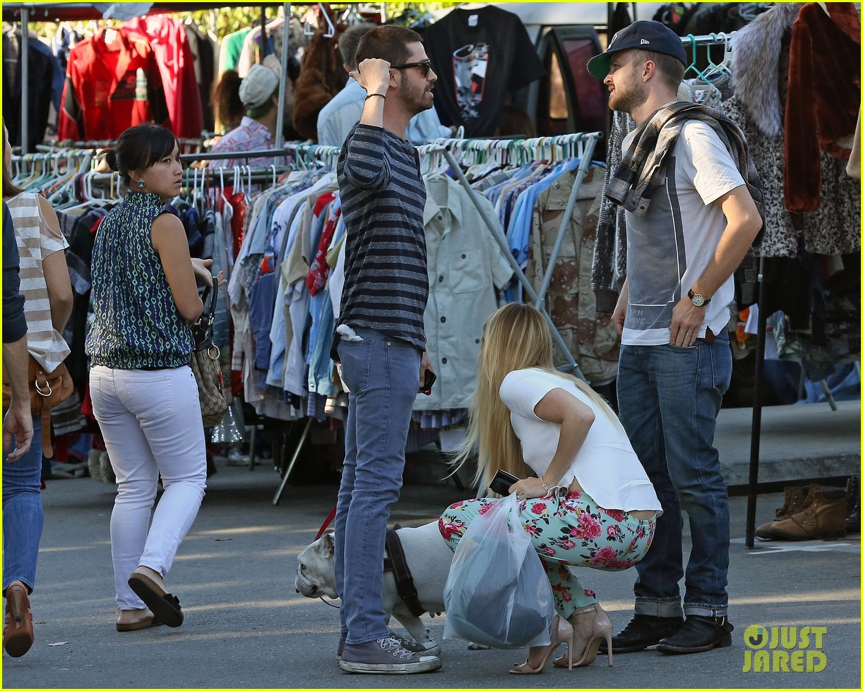 aaron paul wife lauren kiss cuddle at the flea market 17