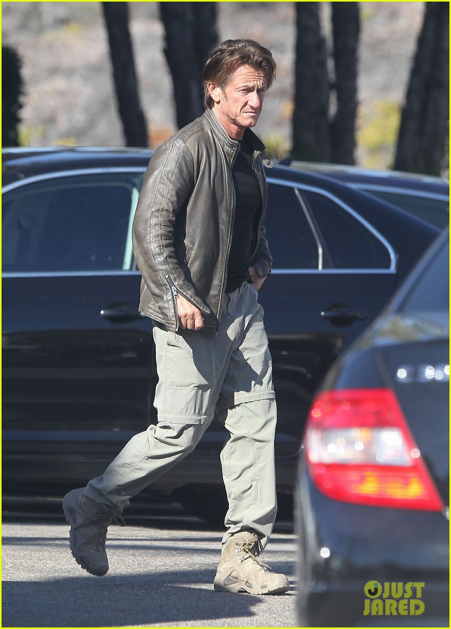 sean penn steps out after hawaii trip with charlize theron 053021673