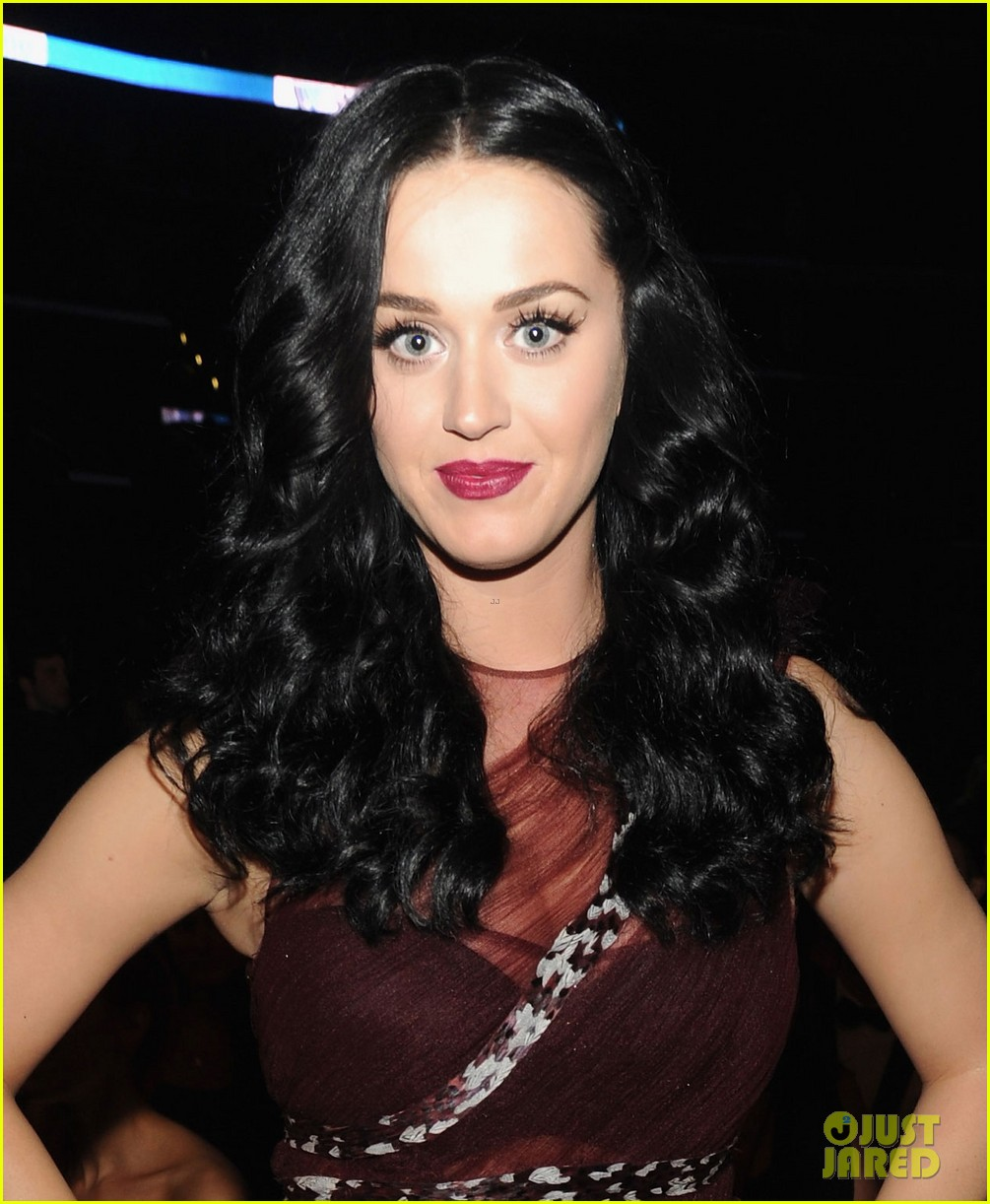 katy perry changes into maroon dress for third grammys look 04