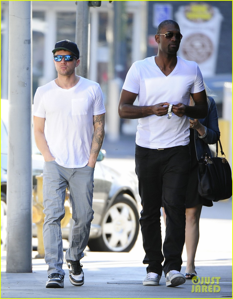 ryan phillippe hilariously photobombed by random woman on sidewalk 113033404