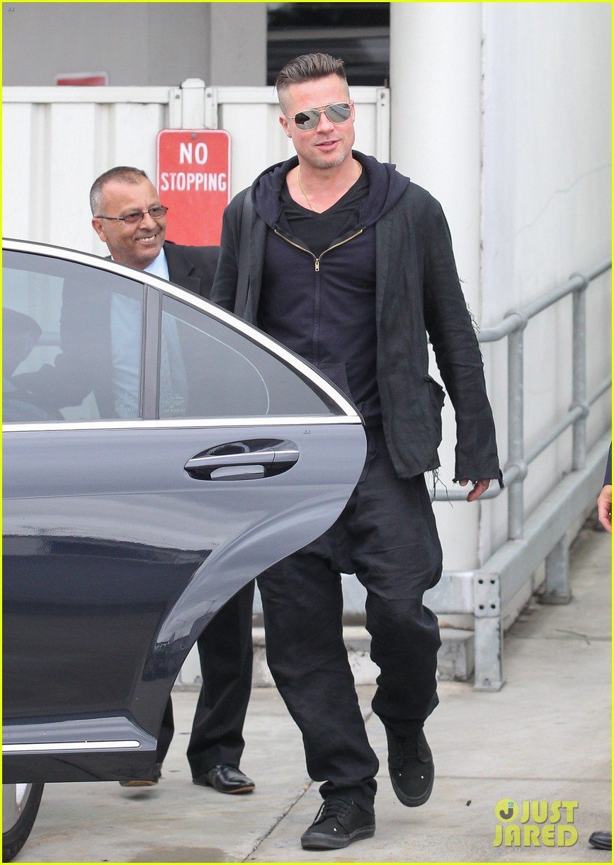 brad pitt touches down in sydney after awards weekend 15