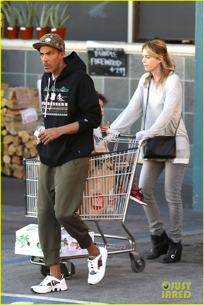 ellen pompeo spills her coconuts in whole foods lot 05
