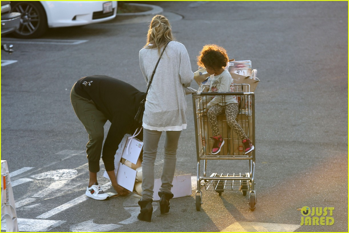 ellen pompeo spills her coconuts in whole foods lot 09
