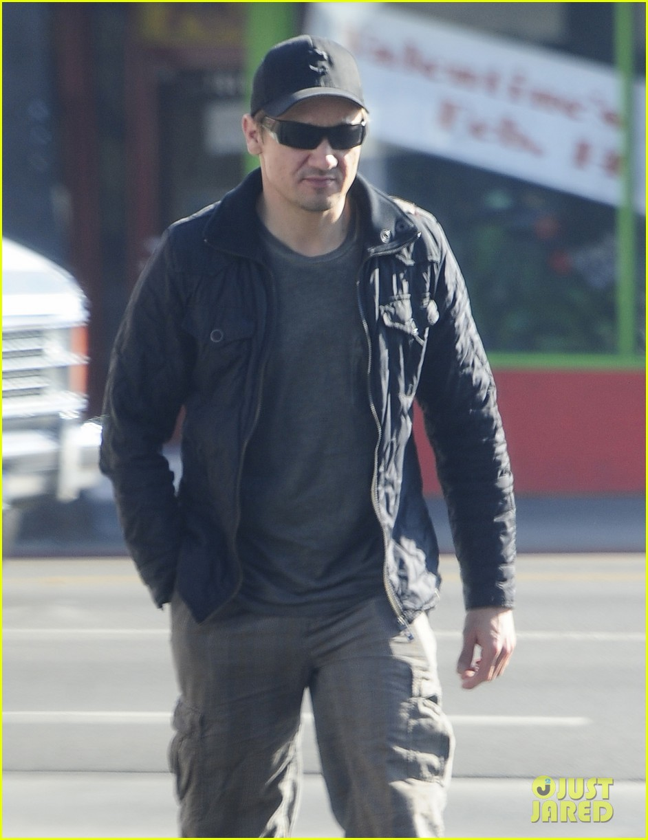 jeremy renner stays incognito in sunglasses for solo lunch 04