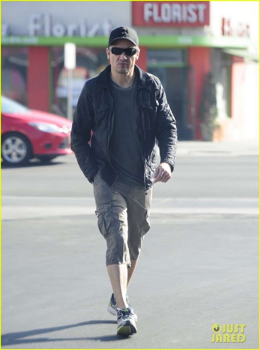 jeremy renner stays incognito in sunglasses for solo lunch 143044297