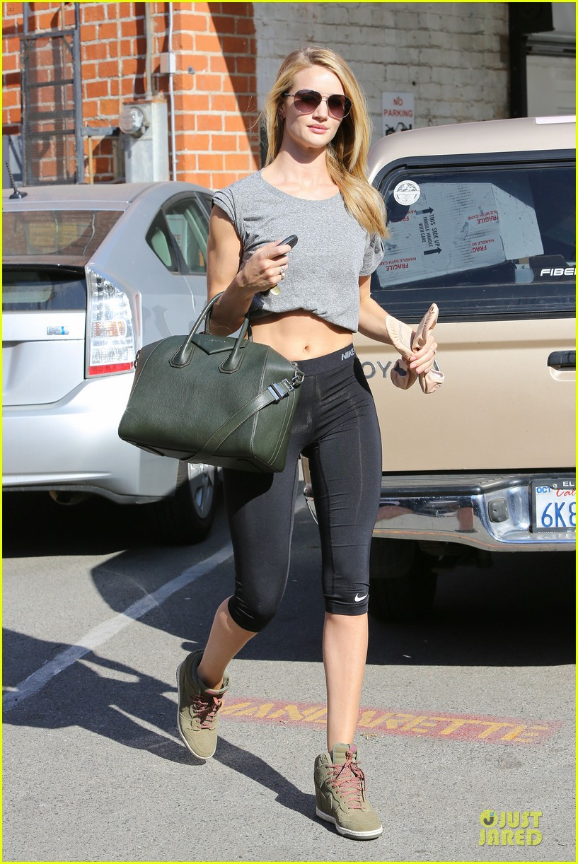 rosie huntington whiteley bares midriff for mid week workout 083037982