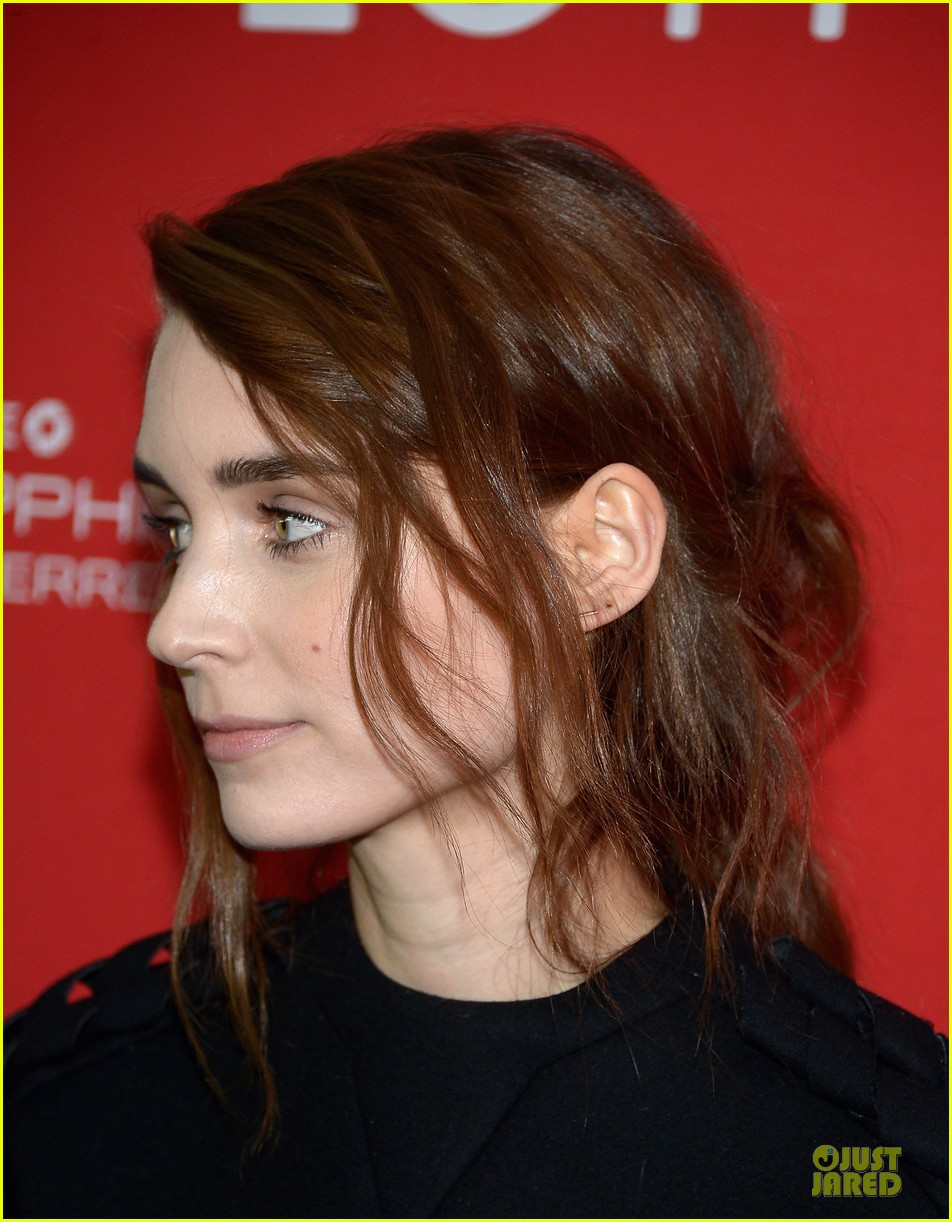 anne hathaway photobombs rooney mara at sundance 06