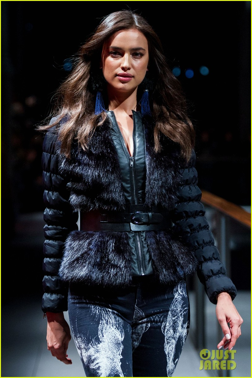 irina shayk works the runway for desigual 013043518