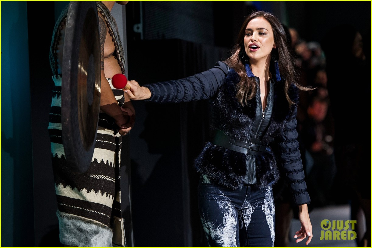 irina shayk works the runway for desigual 093043526