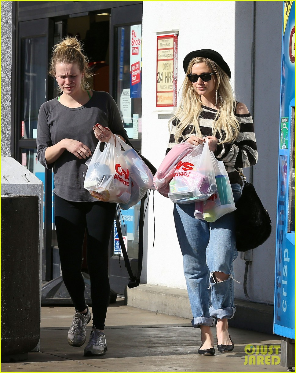 ashlee simpson begins new year with cvs pharmacy stop 03
