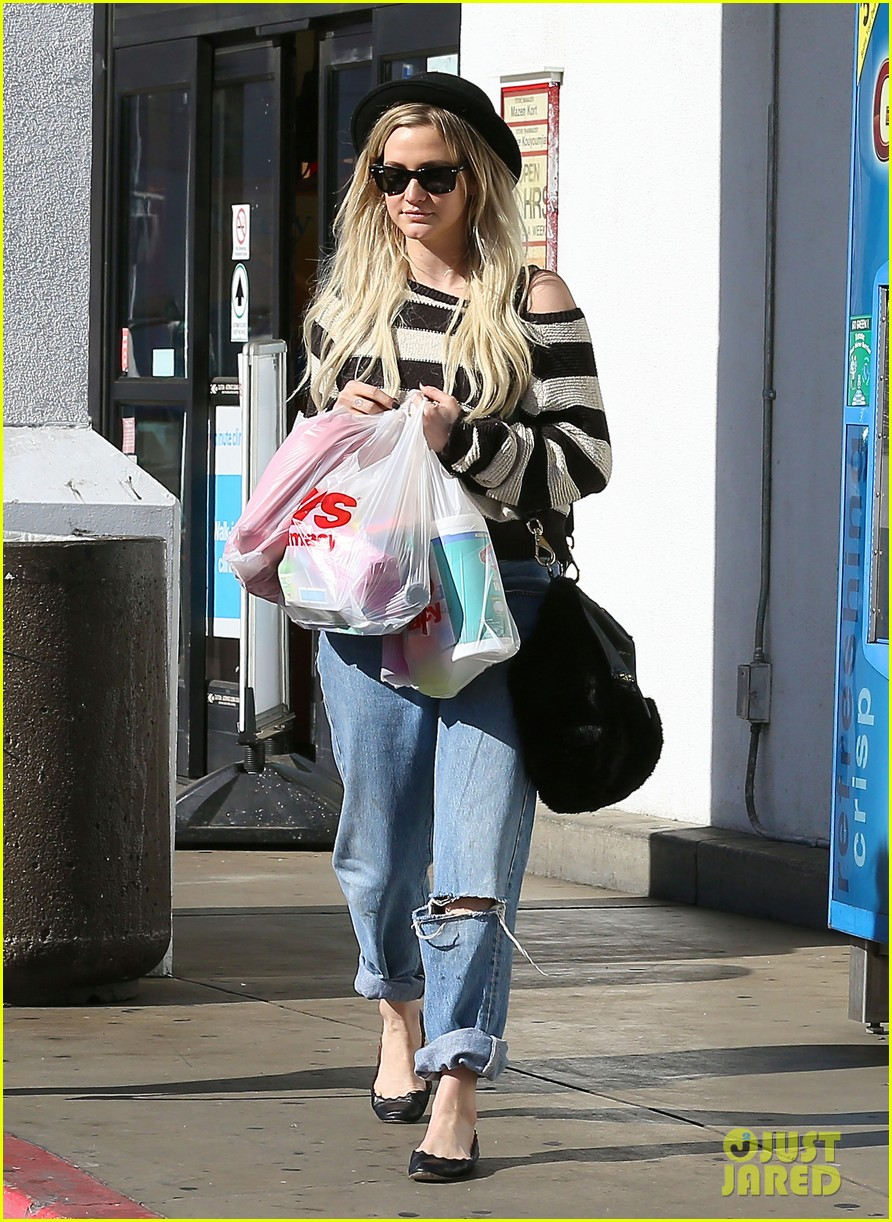 ashlee simpson begins new year with cvs pharmacy stop 05