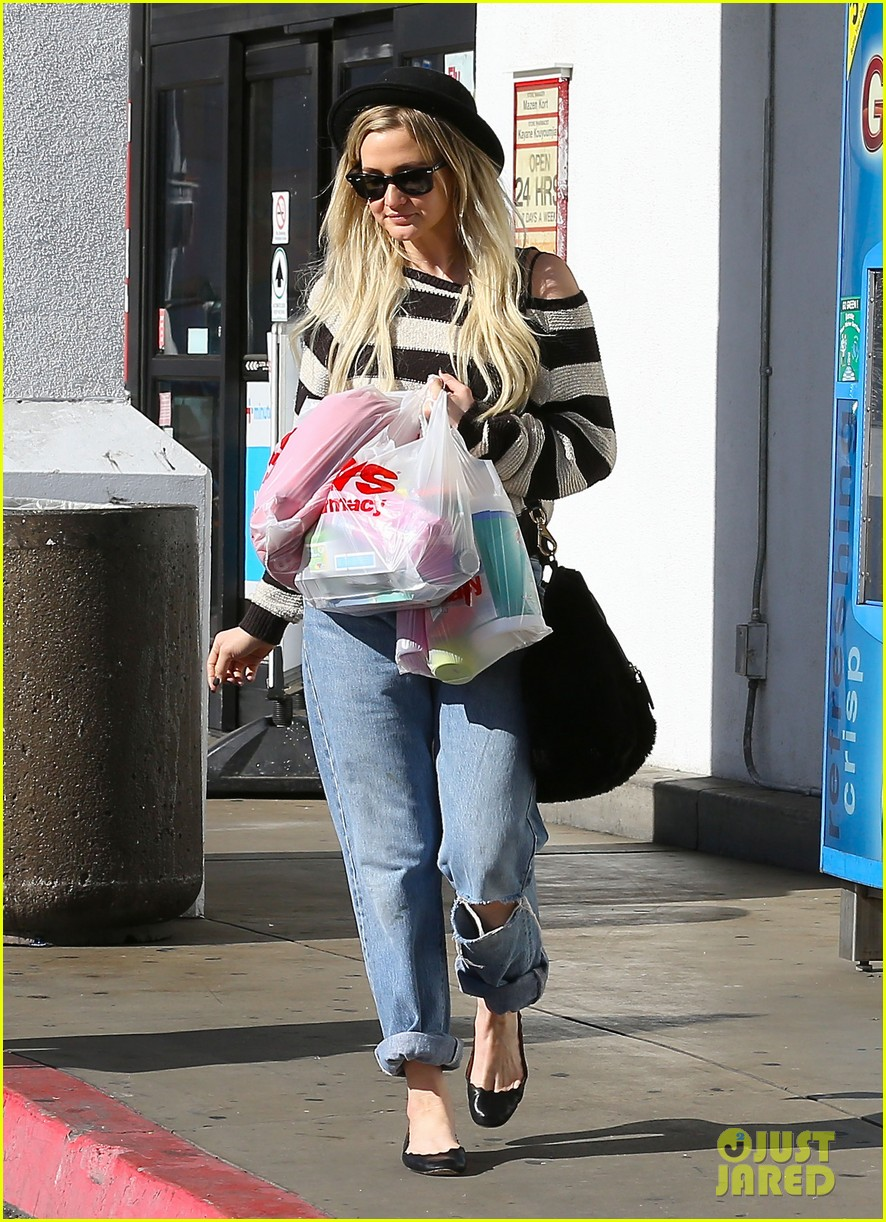 ashlee simpson begins new year with cvs pharmacy stop 14