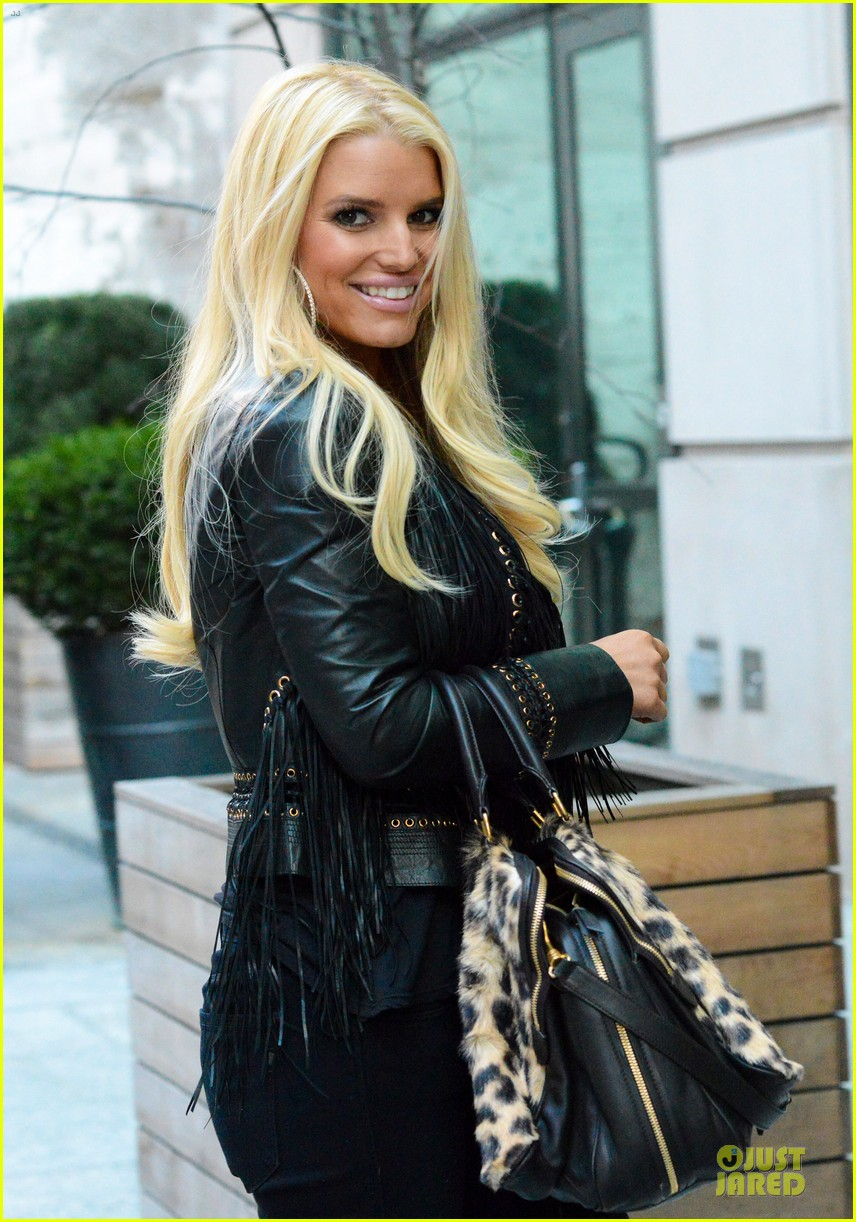 jessica simpson sports fur coat for jfk departure 073024931