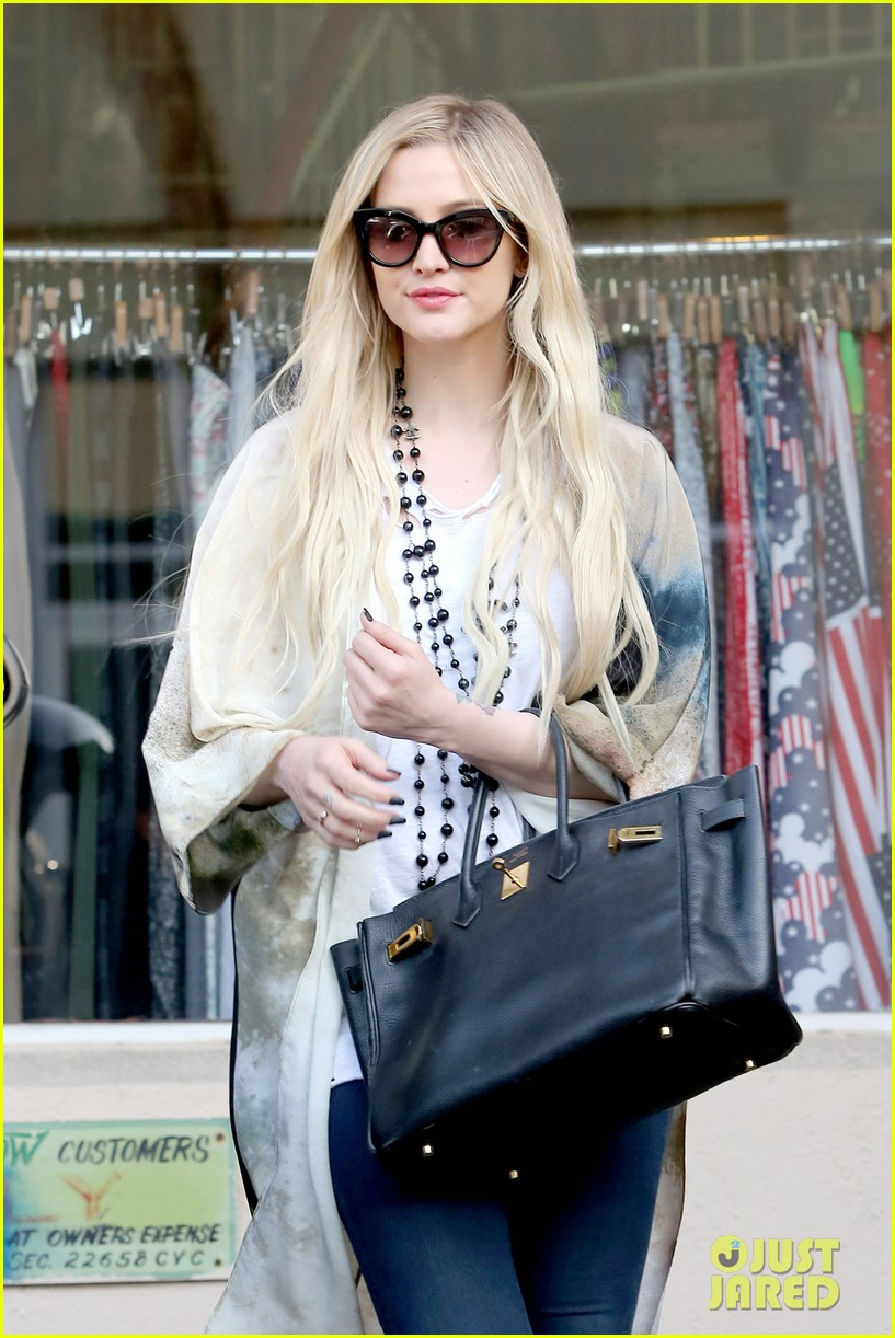ashlee simpson evan ross spend wednesday shopping 02