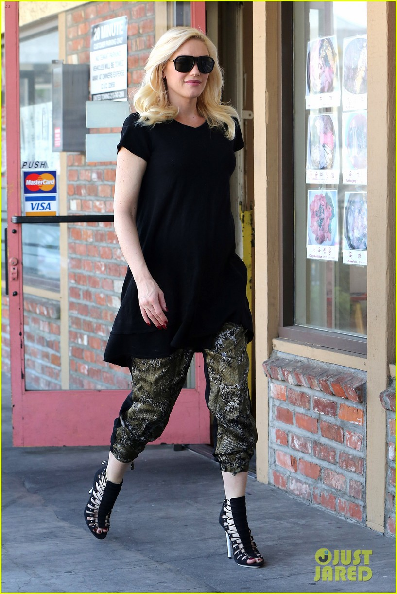 pregnant gwen stefani pampers herself with acupuncture session 06