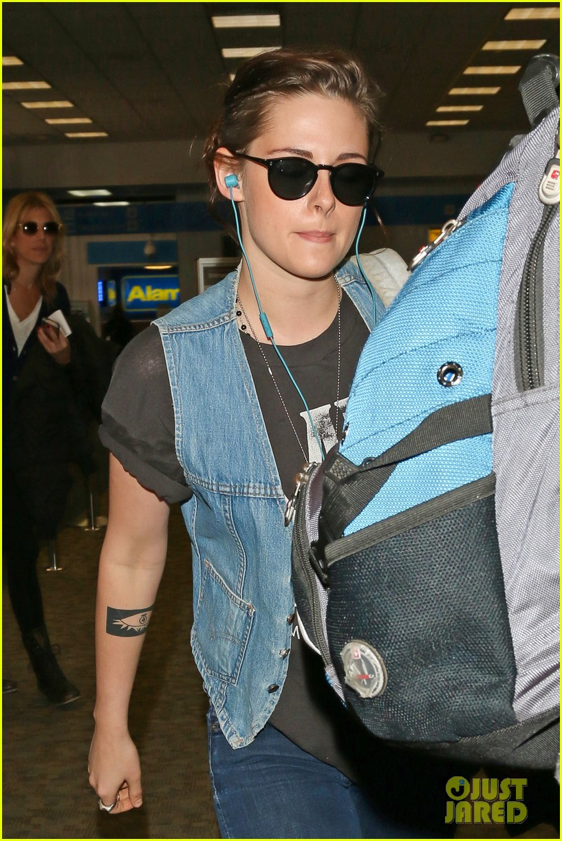 kristen stewart catches a flight amid 1984 remake news 043032815