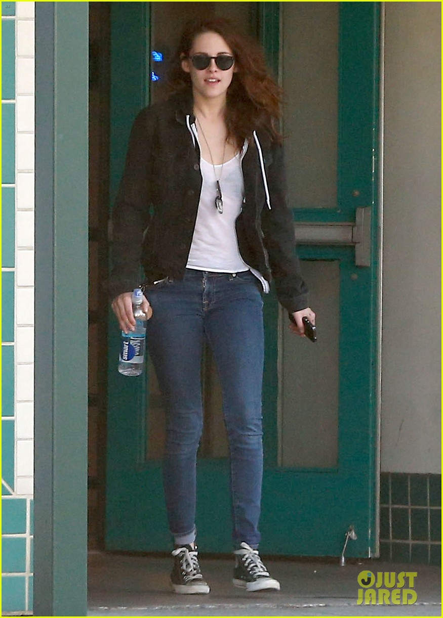 kristen stewart goes to the library with pal tamra natisin 03