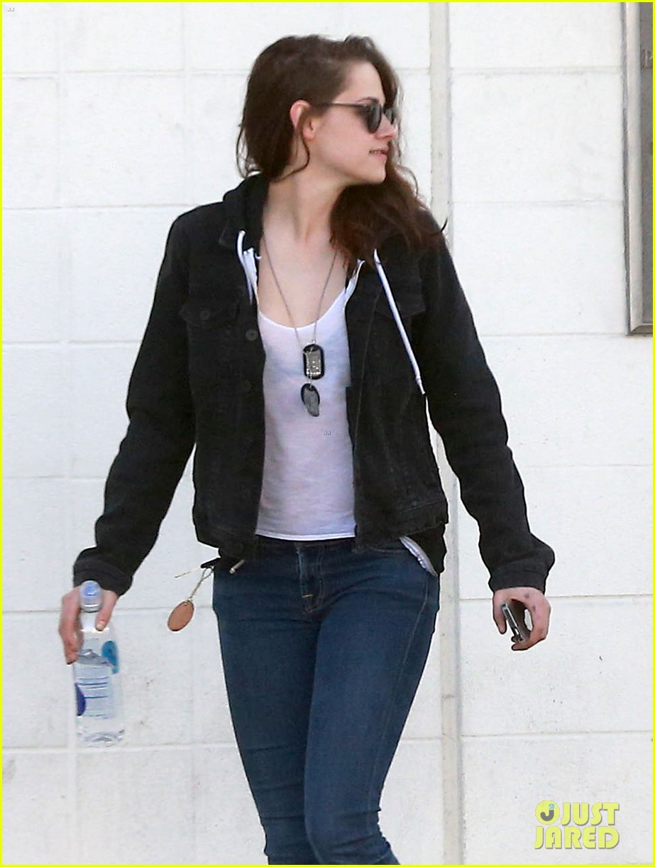 kristen stewart goes to the library with pal tamra natisin 19