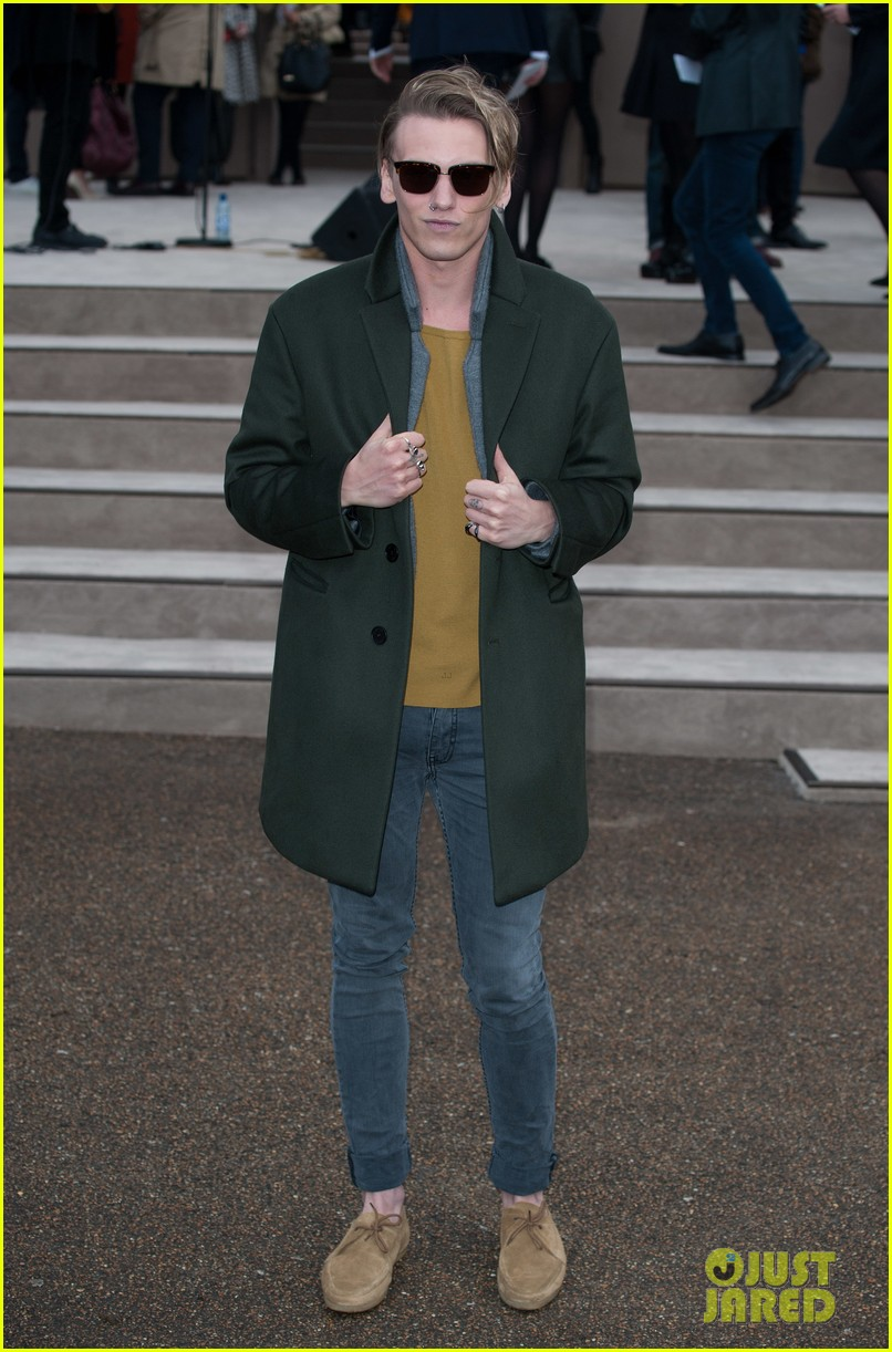 suki waterhouse jamie campbell bower burberry london show 013025248