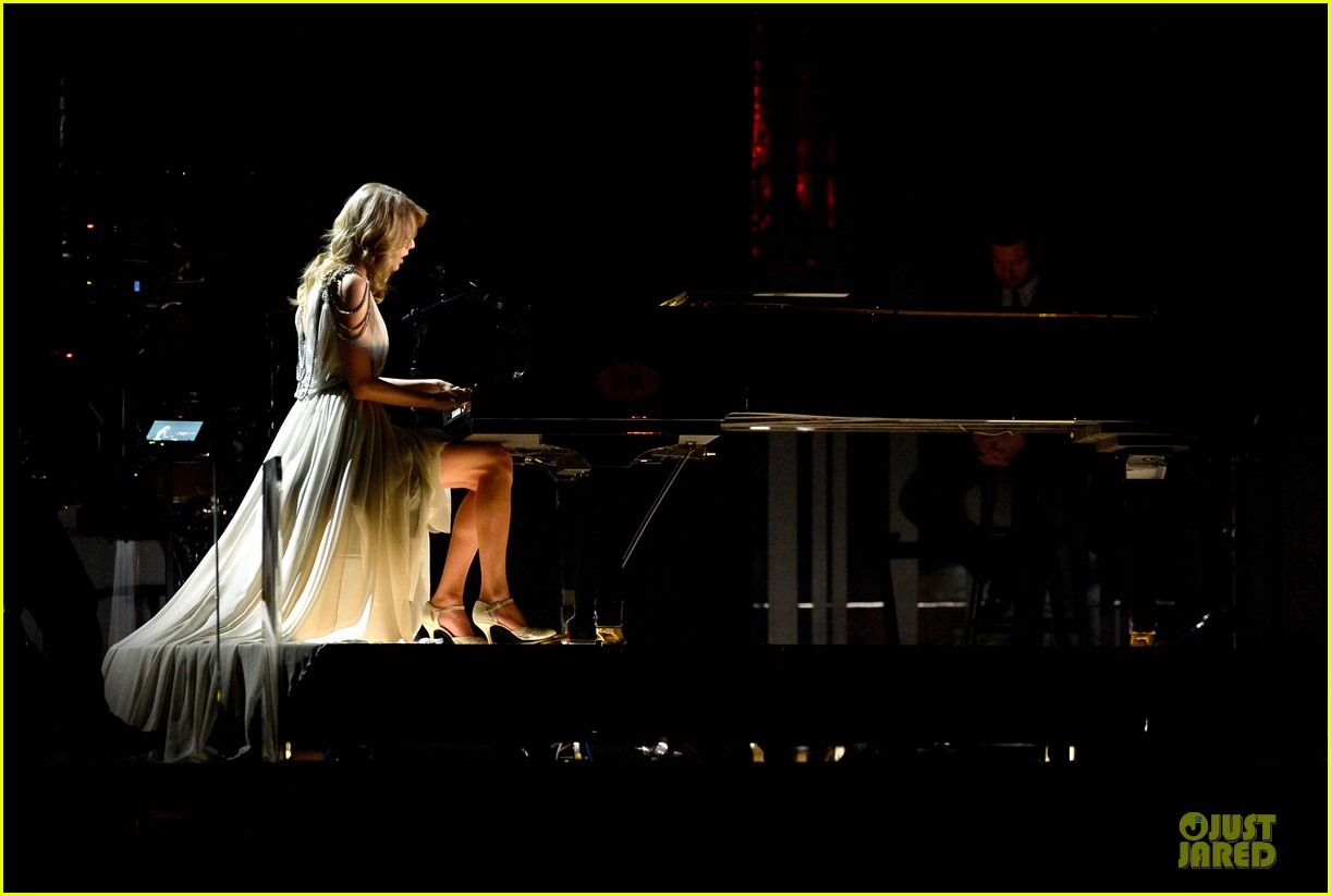 taylor swift performs all too well at grammys 2014 video 07