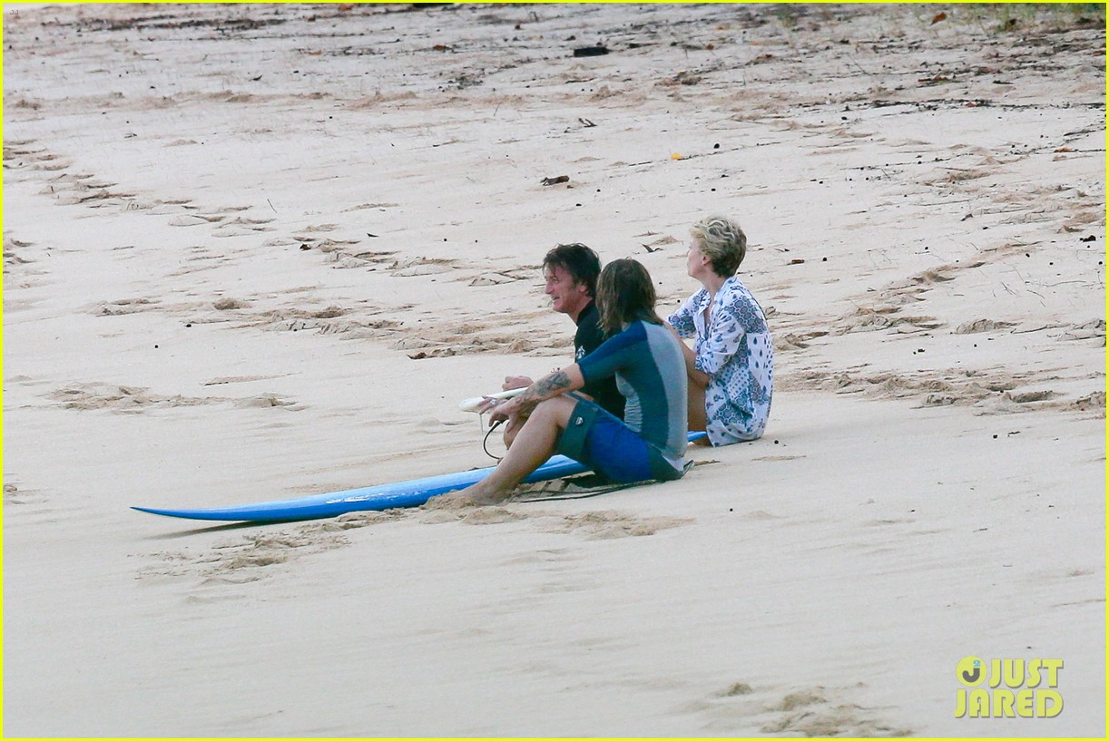 charlize theron sean penn relax on the beach in hawaii 08