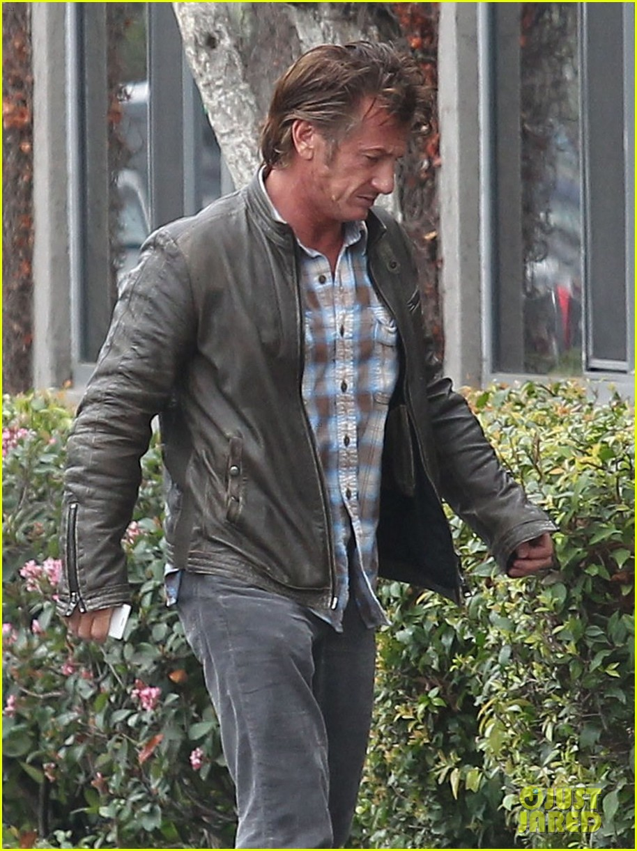 charlize theron sean penn keep romance going with trip to the studio 04