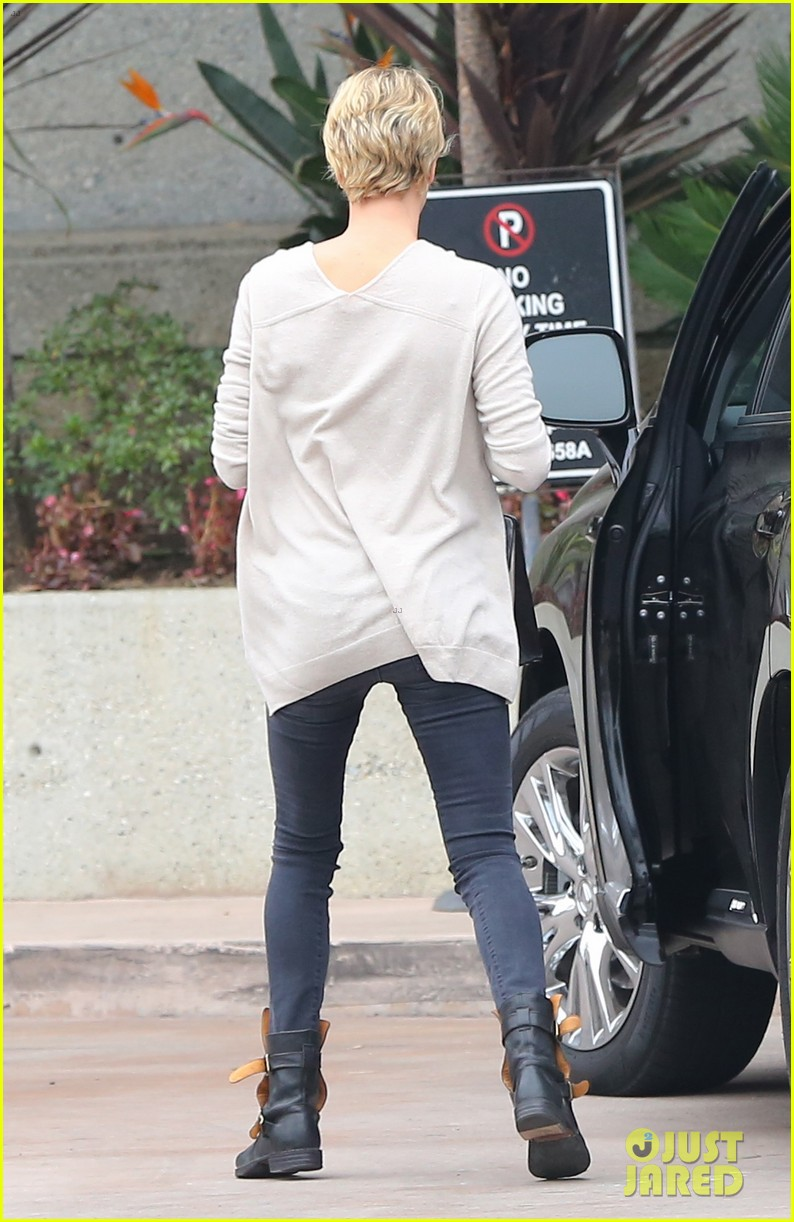 charlize theron sean penn keep romance going with trip to the studio 05
