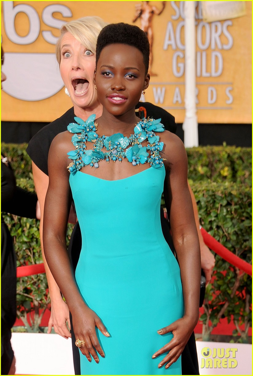 emma thompson photobombs lupita nyongo at sag awards 2014 01
