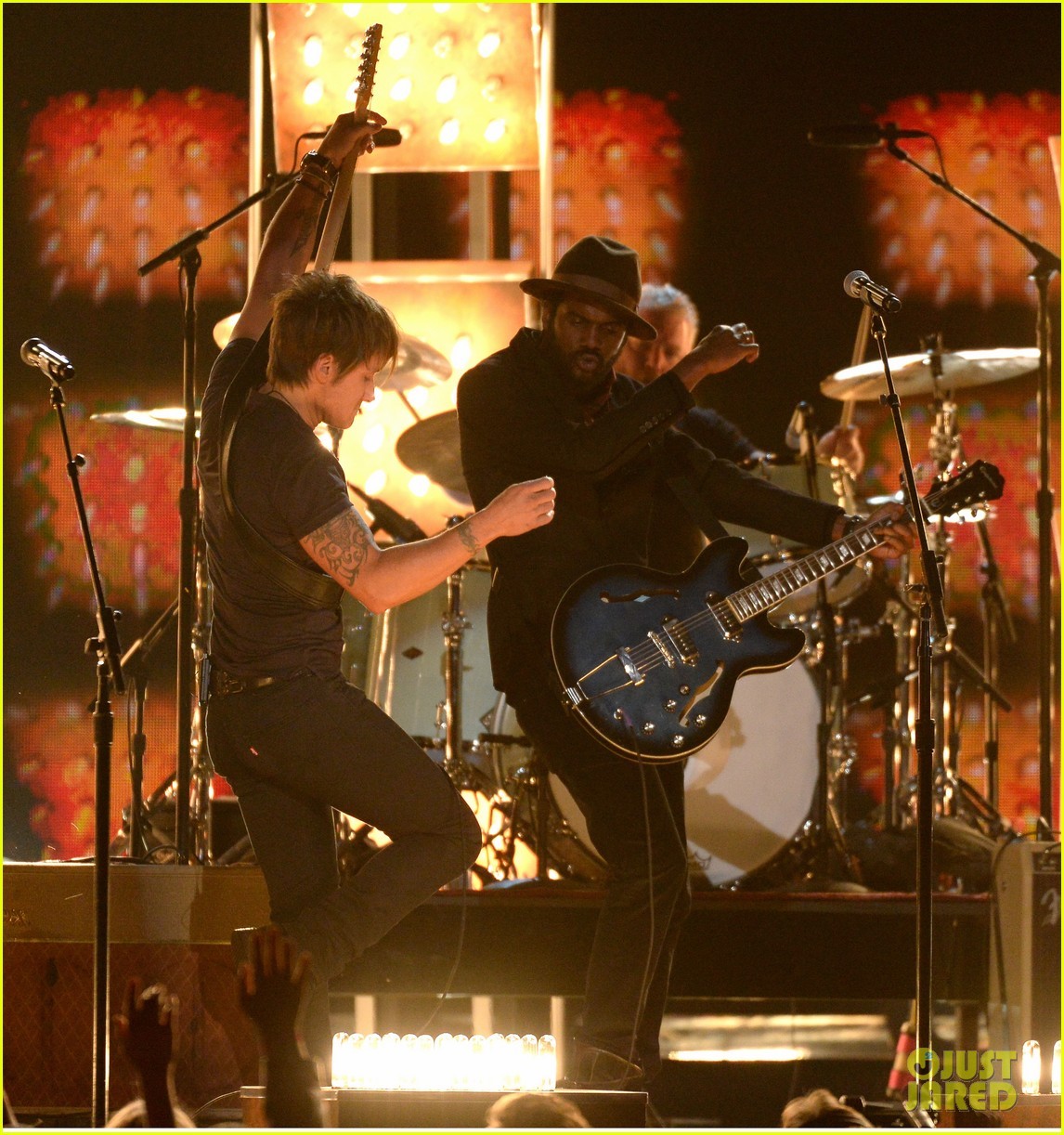 keith urban performs cop car at grammys 2014 video 03