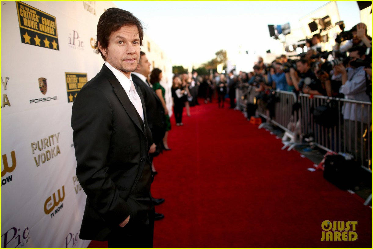 mark wahlberg critics choice awards 2014 red carpet 06