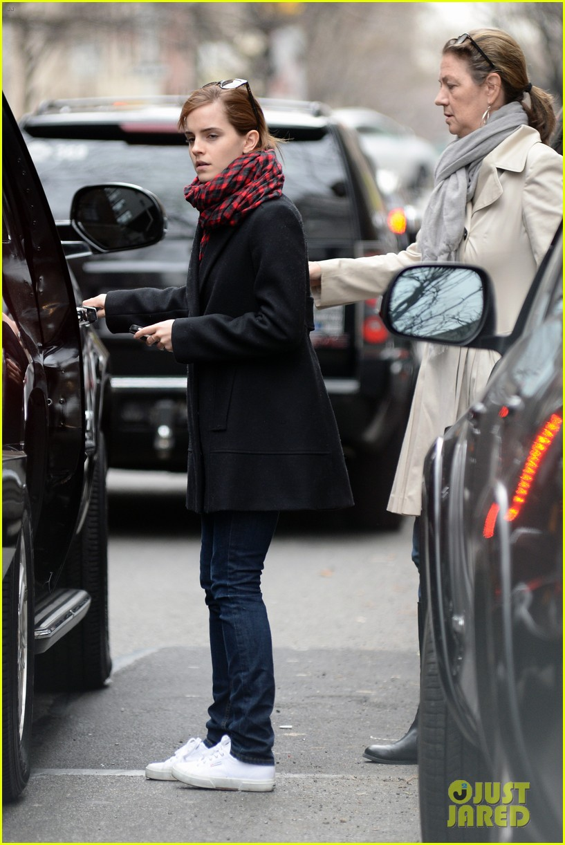 emma watson braves frigid cold for nyc apartment hunting 08