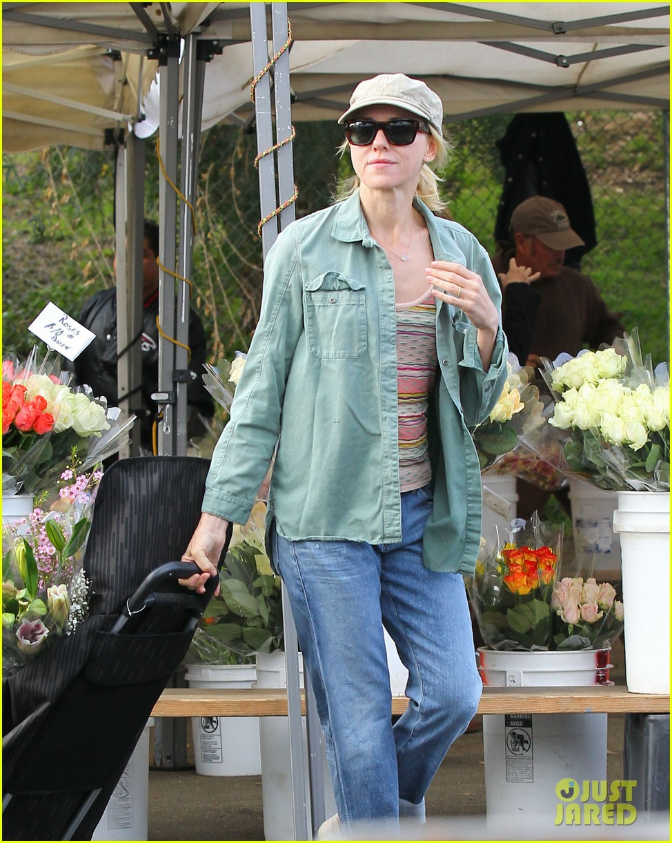 naomi watts farmers marker shopper 08