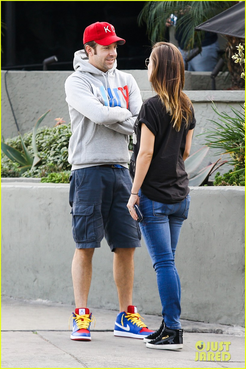 olivia wilde basketball game date with jason sudeikis 07