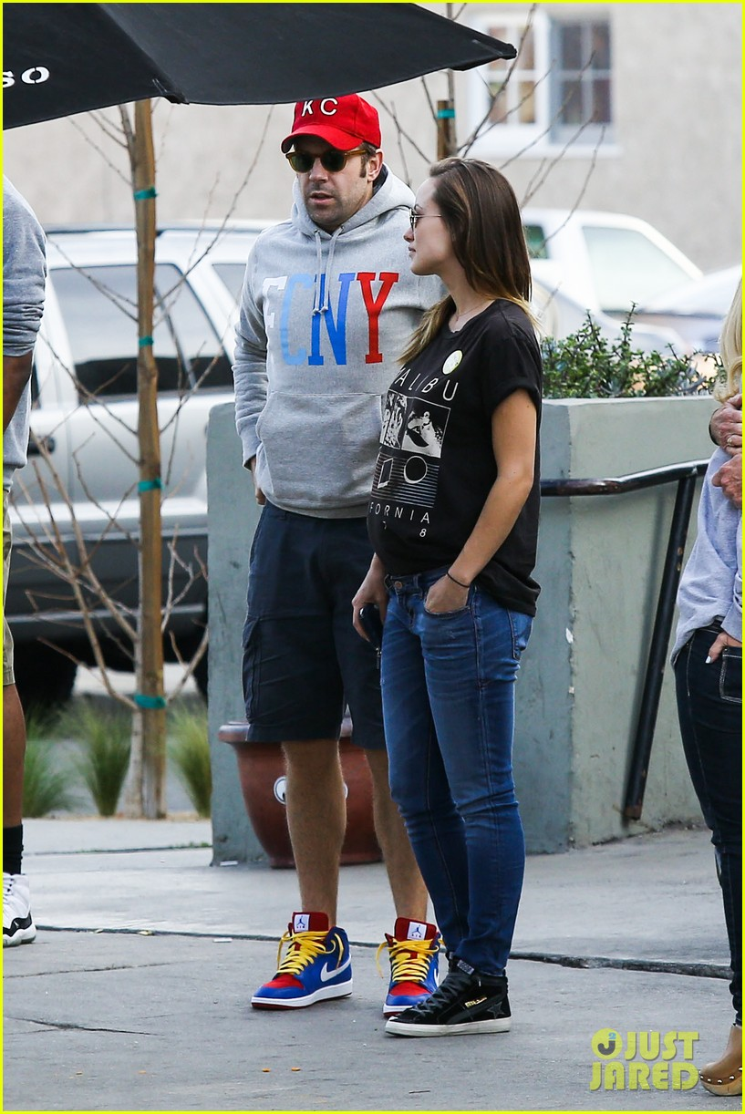 olivia wilde basketball game date with jason sudeikis 25